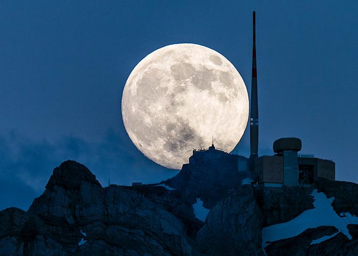 Hotel in Svizzera Orientale/Liechtenstein - Corse con luna piena sul Säntis  In una giornata limpida, dal Säntis, la vetta più alta dell'Alps